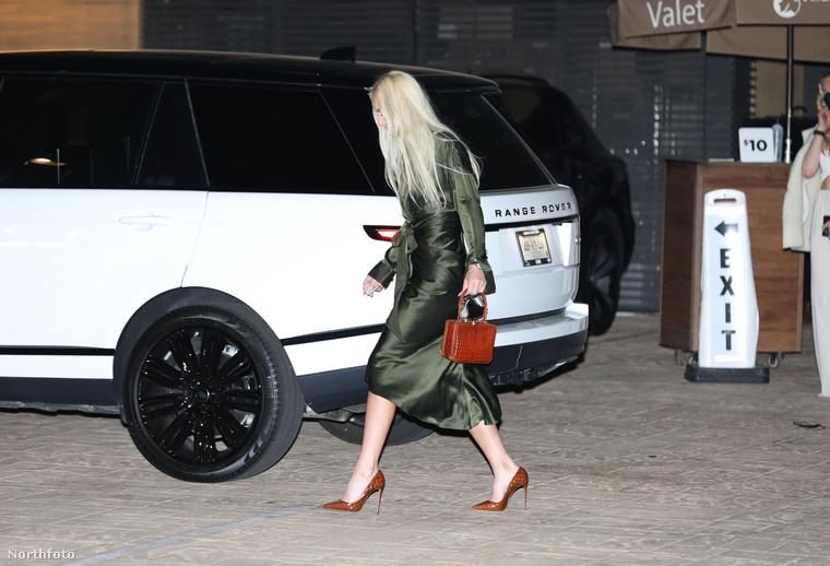 Míg Vonn szakítását ecseteltük, a síelőnő elérkezett a Range Roveréhez