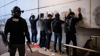 Tizenhat éves tüntetőt ítéltek börtönre Hongkongban