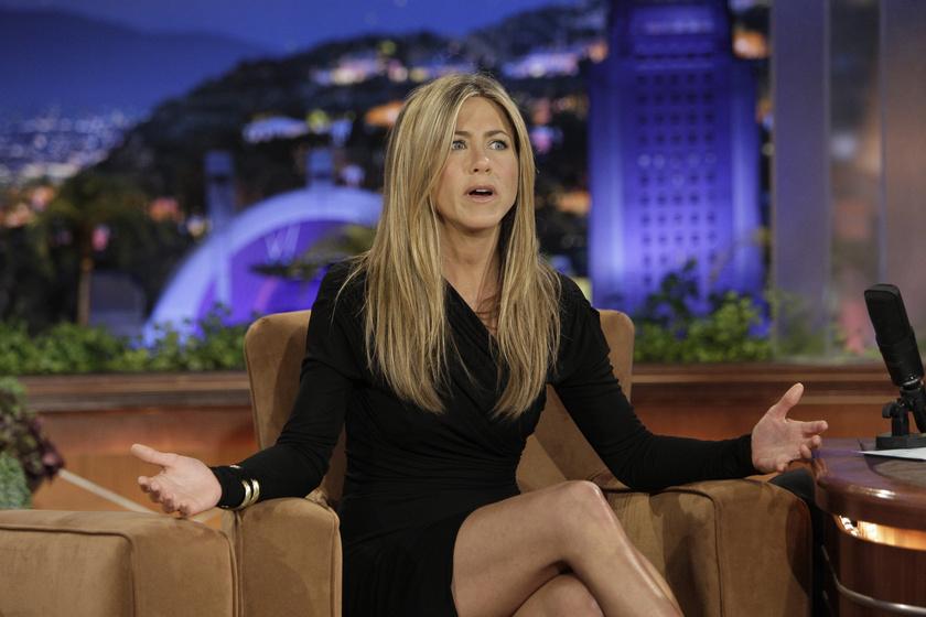"""Jennifer Aniston 1998-ban tette tiszteletét a műsorvezetőnél, aki az interjú egy pontján fogta magát, felállt a székéből, és elkezdte rágcsálni a színésznő egyik hajtincsét. A tettéhez csak annyit fűzött hozzá: """"Bocsáss meg, ha ez udvariatlan, de muszáj kipróbálnom""""."""