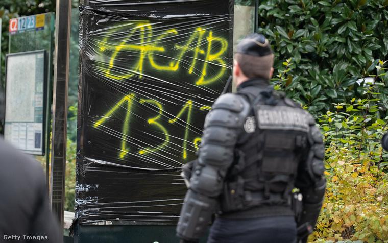 Ez a 2019-ben, Franciaországban készült fotó azt mutatja, hogy az anarchizmus sem áll távol ettől a szlogentől: a bekarikázott A betű az anarchisták szimbóluma.