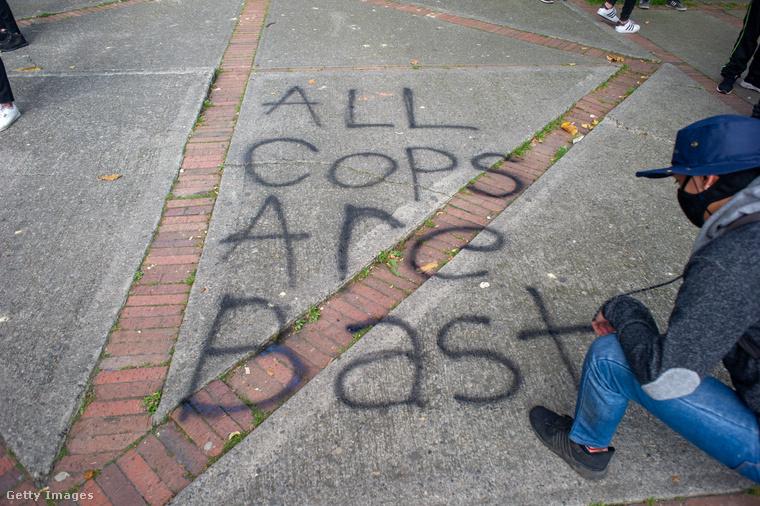 Tavaly szeptemberben Bogotában volt az a demonstráció, ahol valaki a földre írta, hogy minek a rövidítése az A.C.A.B.: All Cops Are Bastards, azaz kb