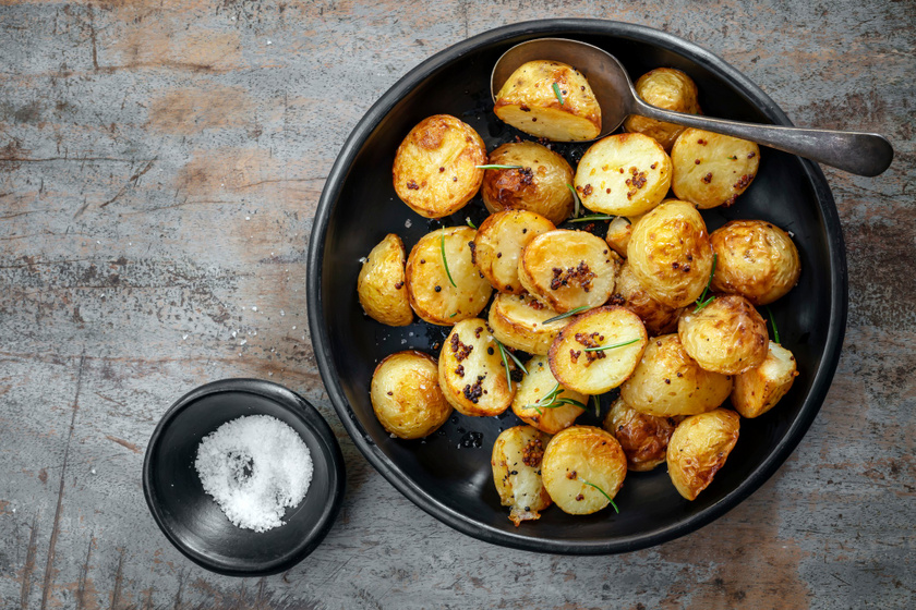 Mustáros, fokhagymás tepsis krumpli jó ropogósra sütve