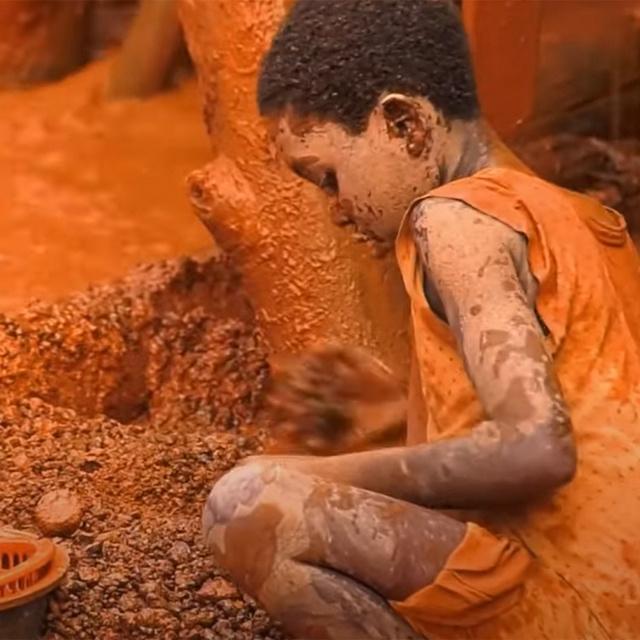Iskola helyett a hét minden napján a bányában dolgoznak ezek a gyerekek: Kamerunban virágzik a fiatalok kizsákmányolása