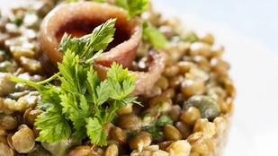 Meleg saláta lencsével, burgonyával és savanykás kapribogyóval