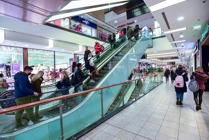 Bevásárlóközpont Debrecenben 2020. december 9-én
