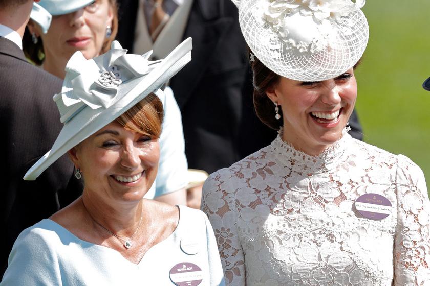 Katalin hercegné édesanyja virágos ruhában pózolt a címlapon: a 66 éves Carole észbontóan nőies