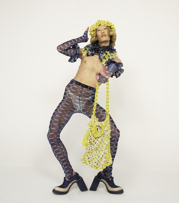 Ahogy a férfi és a női divat közötti határok is évtizedek óta egyre kevésbé élesek, úgy lassan kezd elmosódni az elválasztóvonal a divatbemutatók és a drag queenek divatja között is.