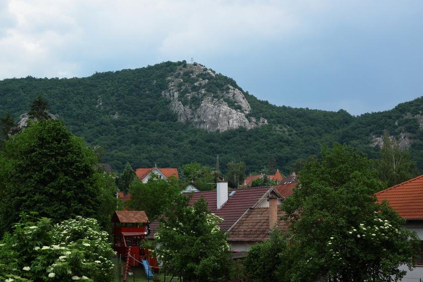 Az Oszoly-csúcs Csobánkából nézve.