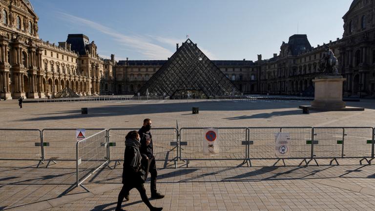 Nem él, csak túlél a párizsi Louvre