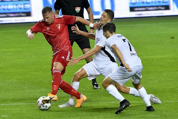 A debreceni Dzsudzsák Balázs (b) valamint a pécsi Króner Martin (k) és Kónya Dávid (j) a labdarúgó NB II-es Merkantil Bank Liga 10. fordulójában játszott Debreceni VSC - Pécsi MFC mérkőzésen a debreceni Nagyerdei Stadionban 2020. szeptember 28-án.