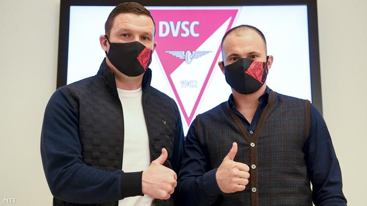 Toldi Gábor a DVSC labdarúgó-csapatának új vezetőedzője (b) és Huszti Szabolcs a csapat új edzője a bemutatkozó sajtótájékoztatójukon a debreceni Nagyerdei Stadionban 2021. február 16-án.