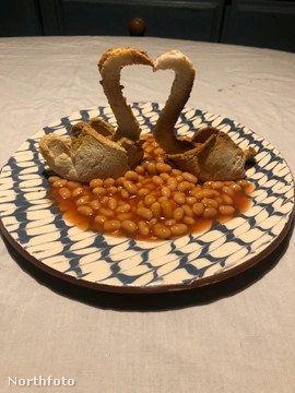 Erről a képről már egyértelmű, hogy az egyik alapanyag a kint baked beans néven ismert babfőzelék.