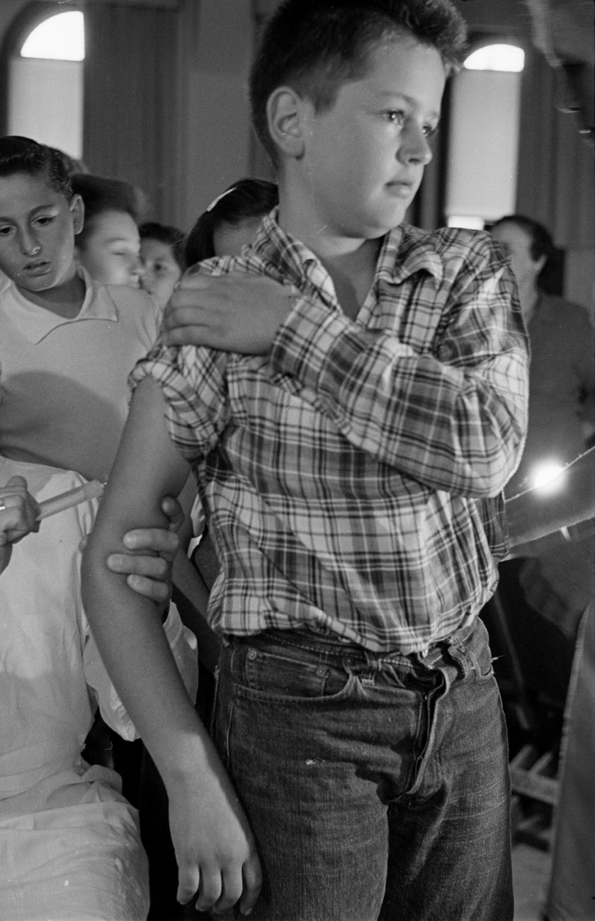 Gyerekek állnak sorba diftéria elleni oltásért Los Angelesben, 1950-ben.