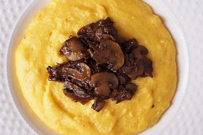Krémes, sajtos puliszka pirított gombával megkoronázva: tápláló, egészséges fogás