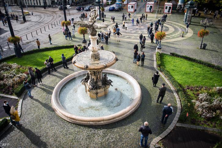 Koronavírus-tesztre várakozók Pozsonyban, 2020. október 31-én