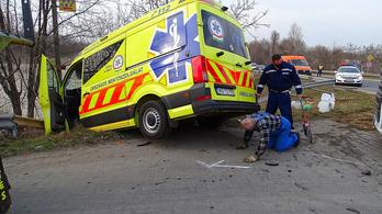 Tűzesethez riadóztatott, szirénázó mentőautó ütközött egy török kamionnal Lajosmizsénél