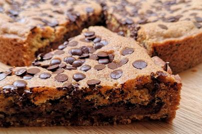 Nagyon csokis torta mogyorókrémmel töltve – A tésztája tele van csokichipsszel