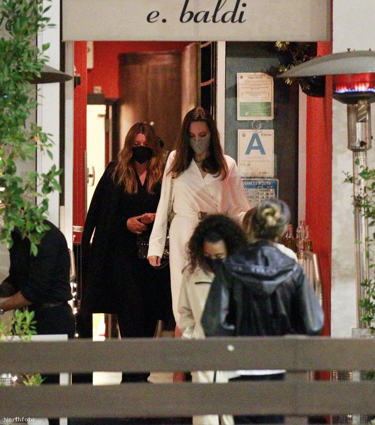 A kivételesen fehérbe öltözött Jolie pedig Vivienne Marcheline nevű lányával ment az ezek szerint négyfős vacsorára.