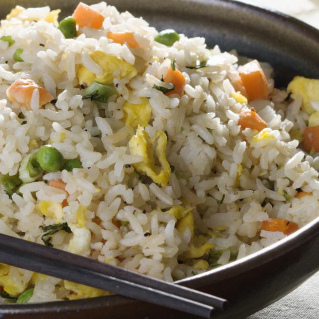 Tartalmas sült rizs tojással és zöldségekkel – Maradék rizsből is elkészíthető