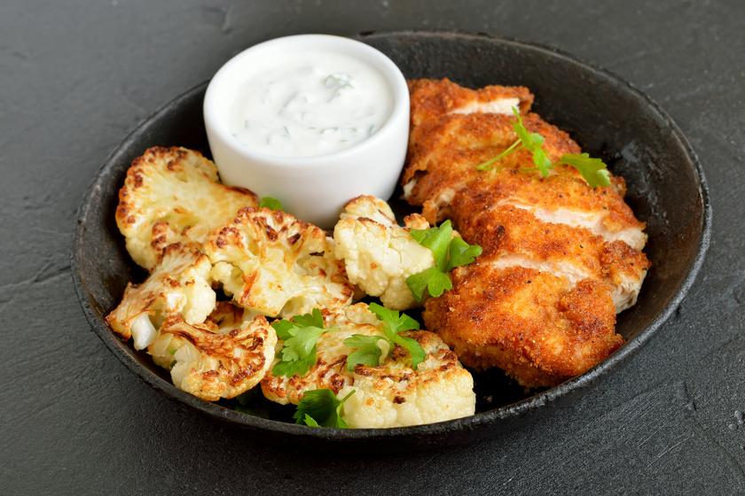 Fokhagymás rántott csirkemell sült karfiolfalatkákkal, mártogatóssal