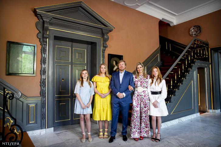 A holland uralkodócsalád a Király Napja elnevezésű nemzeti ünnepen a hágai Huis ten Bosch palota bejáratában 2020. április 27-én.