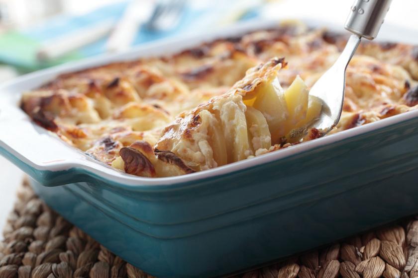 Tejszínes krumplis, karalábés gratin: vastag, ropogós sajtréteggel