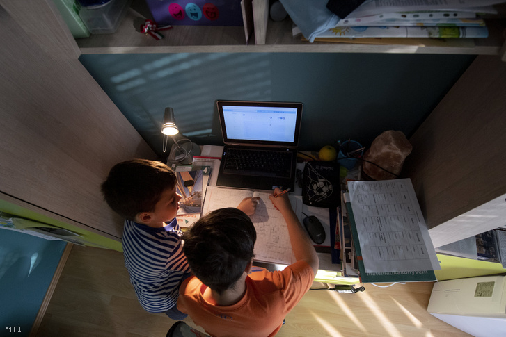 Általános iskolás diákok otthonukban tanulnak 2020. március 18-án