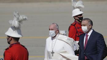 """Ferenc pápa a """"remény zarándokaként"""" érkezett Irakba"""