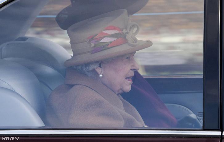 II. Erzsébet brit királynő a sandringhami Szent Mária Magdolna-templomhoz érkezik vasárnapi istentiszteletre 2020. január 12-én
