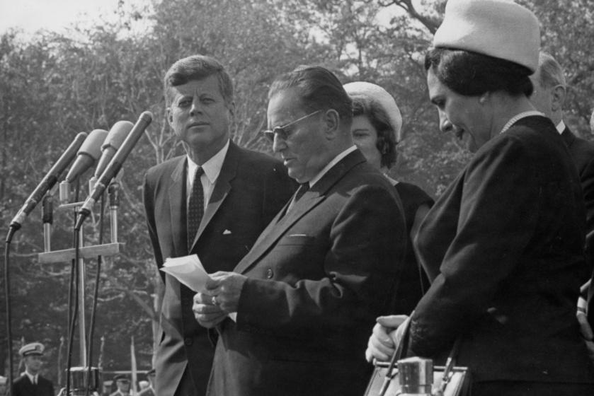 Josip Broz Tito beszédet mond, Washington, 1963. Mellette John F. Kennedy és Ivanka Broz.