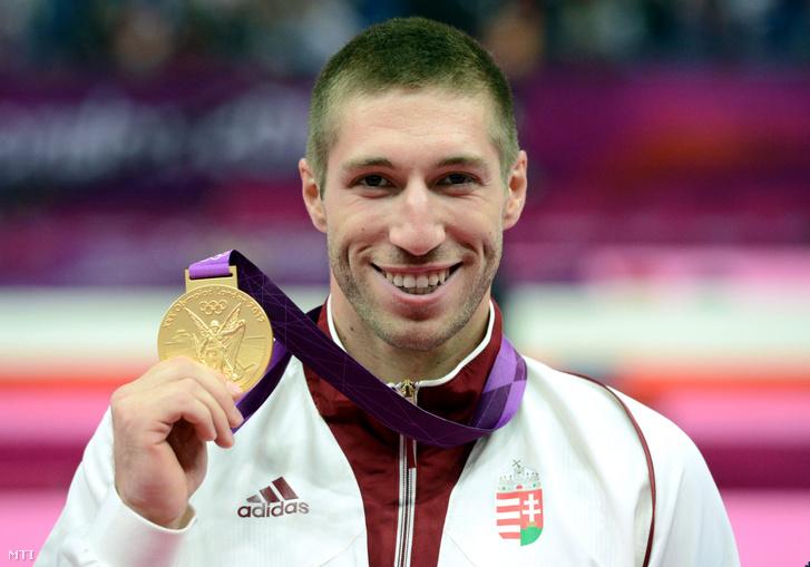 Berki Krisztián mutatja aranyérmét a 2012-es londoni nyári olimpia férfi lólengés versenyszámának eredményhirdetése után a North Greenwich Csarnokban 2012. augusztus 5-én
