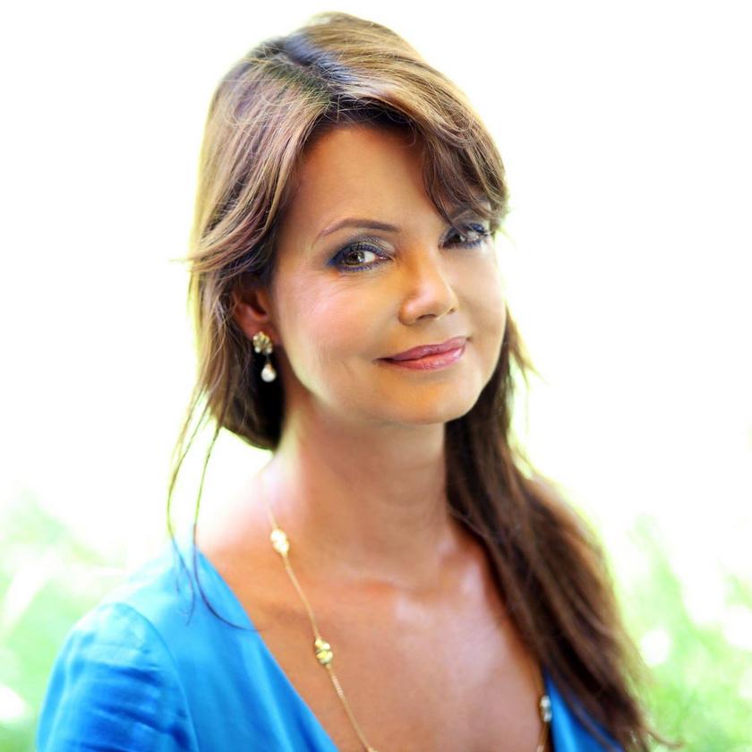 Tóth Krisztina magyar költő, író, műfordító, üvegművész, a Szépírók Társaságának tagja