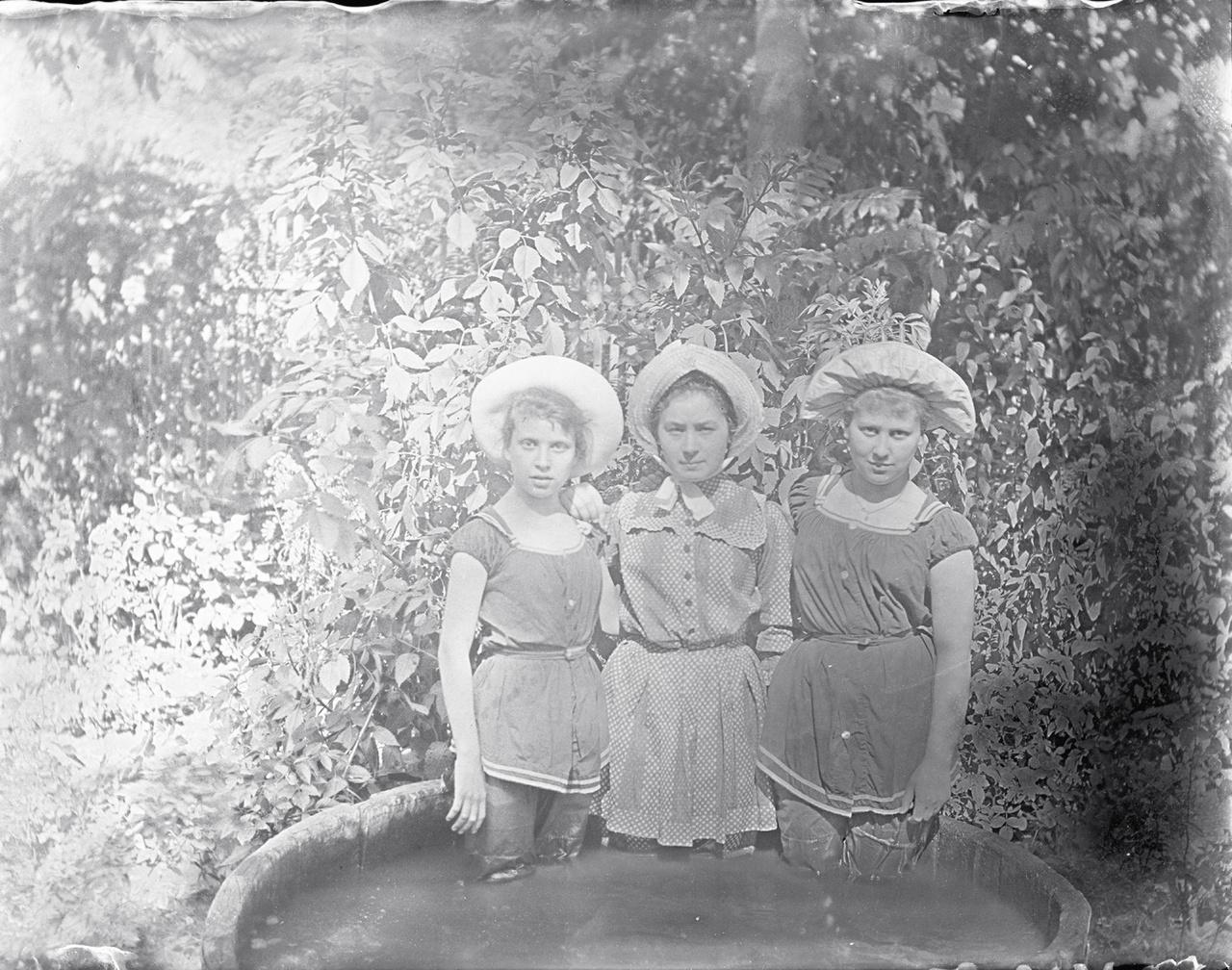 Fürdőruhás, dézsában fürdőző lányok, a két szélső Eötvös Ilona és Eötvös Rolanda