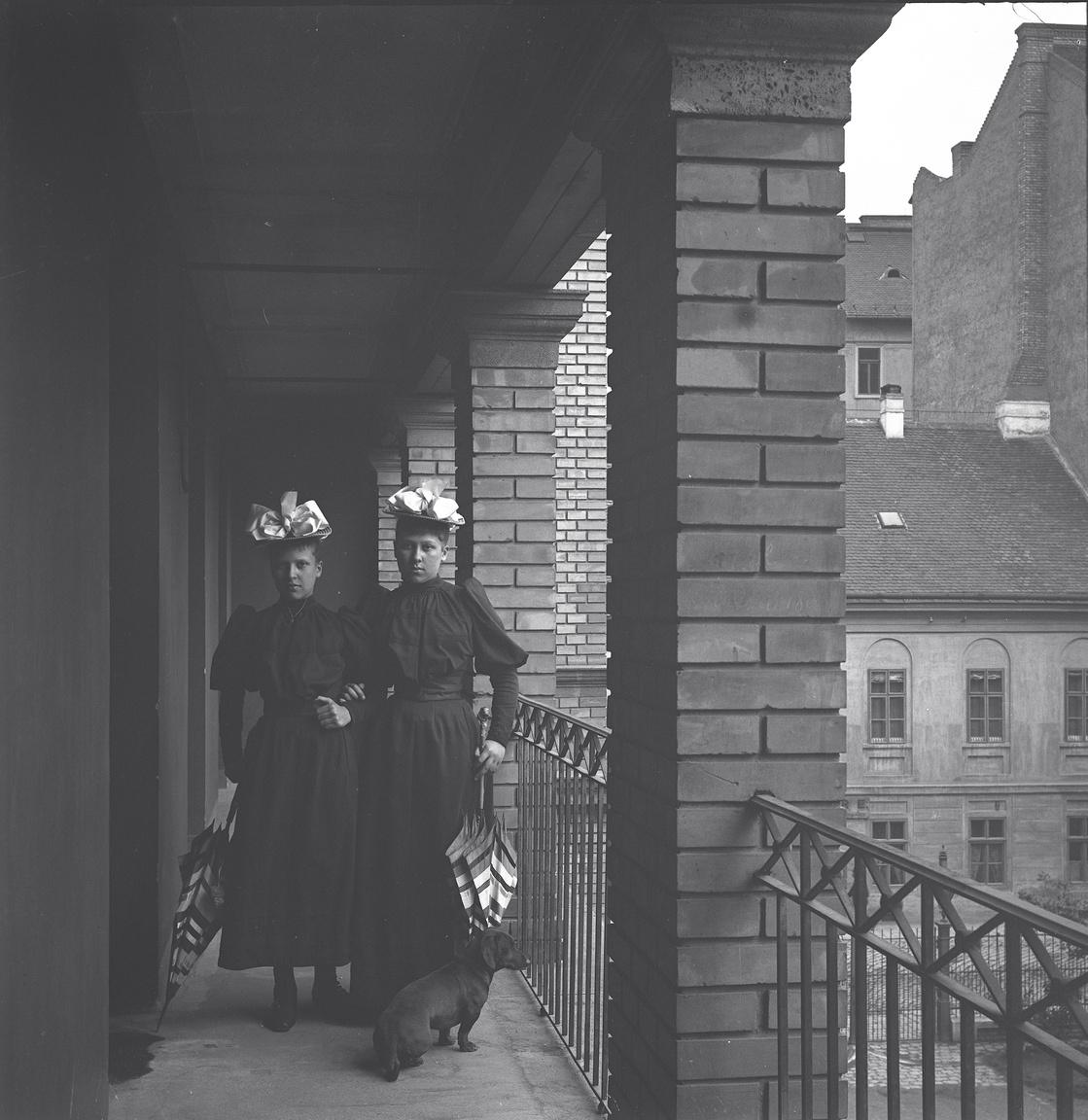 Eötvös-lányok az egyetem erkélyén