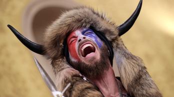 A QAnon sámánnak minden porcikája bánja, hogy behatolt a Capitolium épületébe
