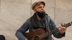 A Madách Színház egyik színésze aluljáróban zenél, az így szerzett pénzből fizeti albérletét