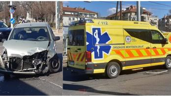 Szirénázó mentőautó karambolozott az Üllői úton
