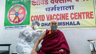 Beoltották a dalai lámát is koronavírus ellen