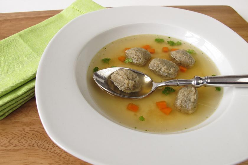 Régimódi zöldséges húsleves májgaluskával: a házi levesbetét finom puha