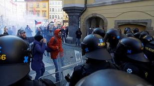 Tüntettek a korlátozások ellen Prágában