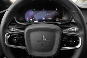 A kormányon valódi gombok, a műszerfal Model S-hangulatú