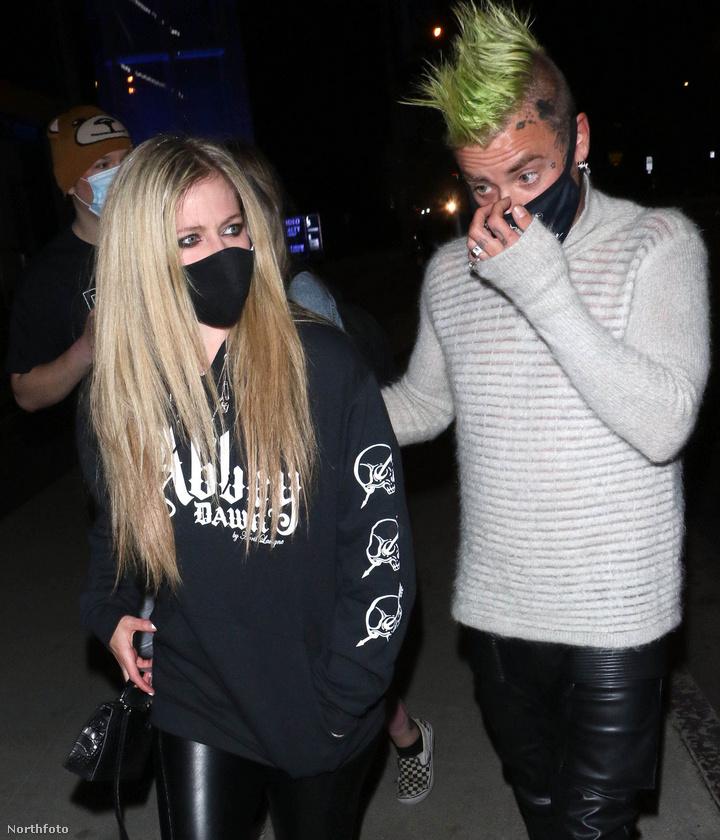 Lavigne nemrég besegített zenészkollégájának egy dalban, ez lett a Flame, amihez január végén egy videoklip is készült, amit itt meg is nézhet.