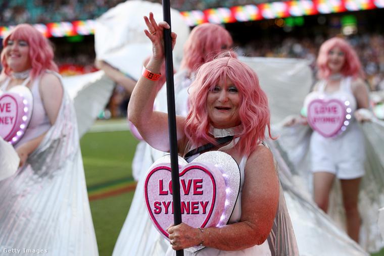Például arról, hogy természetesen idén nem minden a megszokott szisztéma szerint zajlott, vagyis a felvonulás a járványhelyzet miatt az Oxford Streeten elmaradt, helyette a bulit a Sydney Cricket Groundban tartották meg