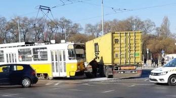 Kisiklott az 1-es villamos a Közvágóhíd és a Népliget között