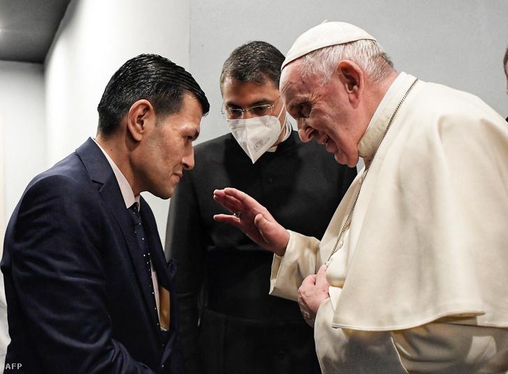 Ferenc pápa és Abdullah Kurdival, Alan Kurdi apjával 2021. március 7-én.