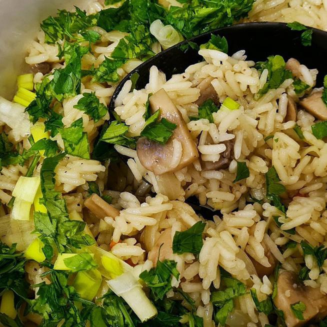 Elképesztően finom gombás rizs: pirított hagyma is kerül a köretbe