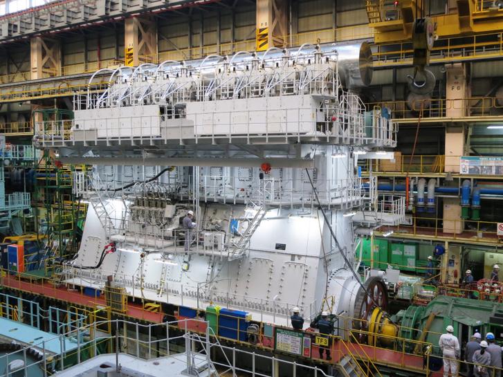 A világ legjobb hatásfokú dugattyús motorjai a turbótöltéses, közvetlen befecskendezésű kétütemű hajómotorok. Hatásfokuk elérheti az 55 százalékot