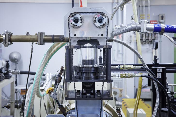 Üveghengert kapott a Nissan kísérleti, az ígéretek szerint 50 százalékos hatásfokú motorja. Így megfigyelhető az égés lefolyása, amit szintén tökéletesítettek