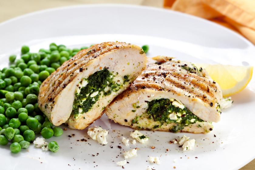 Spenóttal, fetával töltött csirkemell: fenséges ebéd egyszerűen és gyorsan