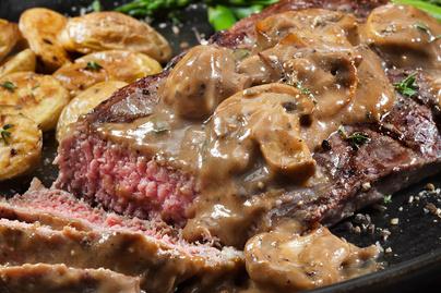 Omlós marhahús krémes, tejszínes gombaszószban: így készül a Steak Diane